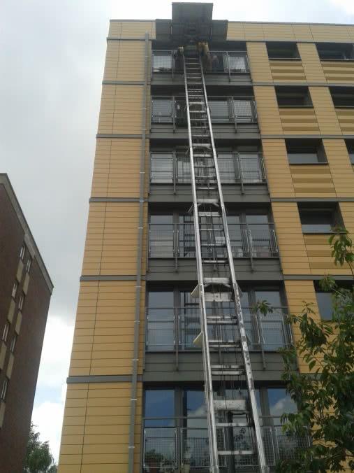 Lift déployer au dernier étage d'un bâtiment pour vider votre bâtiment