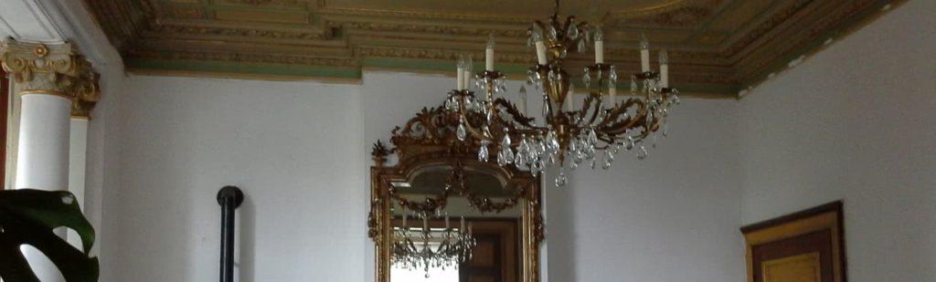 Lustre dans une pièce accroché au plafond