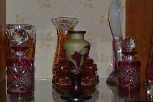 ensemble de vase présenté sur un support