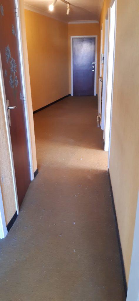 Couloir d'un appartement après un vide grenier